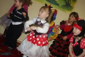 tańczące dzieci w przedszkolu w Raszynie