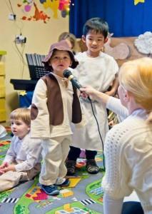 dziecko śpiewa do mikrofonu w przedszkolu w Raszynie