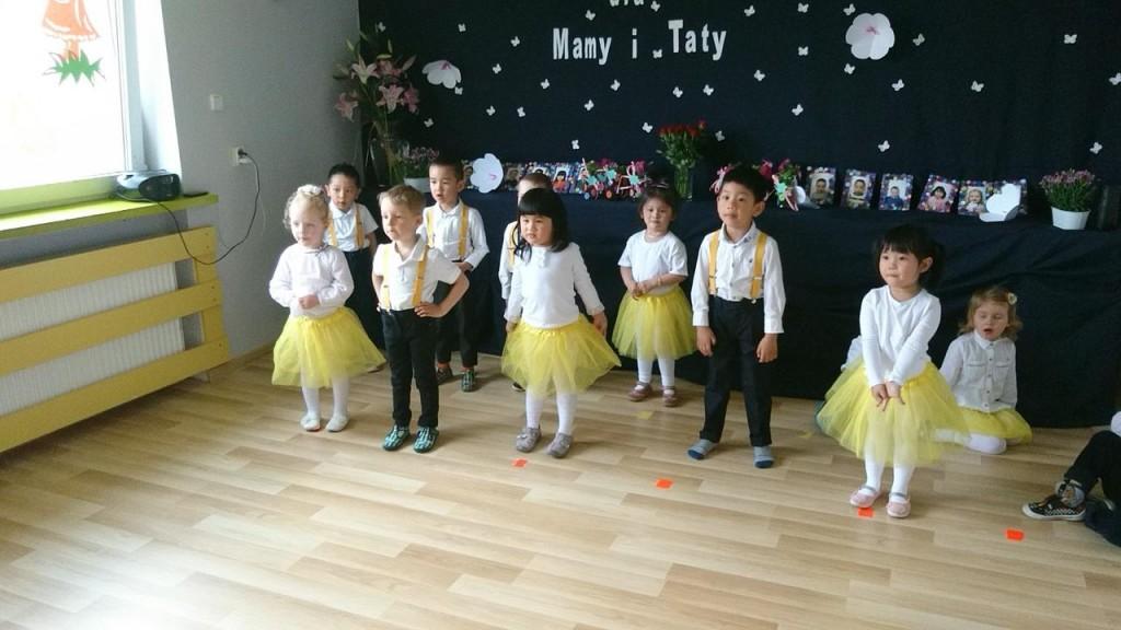 dzieci tańczą w przedszkolu w Raszynie
