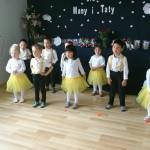 Dzieci w przedszkolu w Raszynie tańczą
