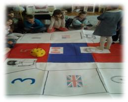 gra językowa prowadzona na zajęciach przedszkola w Raszynie